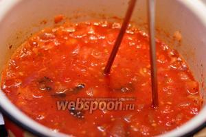 Давилкой для пюре измельчаем наиболее крупные кубики помидоров, а также мешаем томатную смесь и доводи её до кипения.