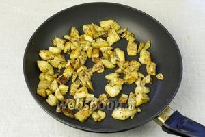 На сковороде, с добавлением оливкового масла, обжарить мякоть баклажан 3-5 минут с прованскими травами и солью.