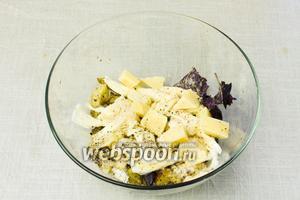 В глубокой миске смешать мякоть баклажан, моцареллу и половину кусочка пармезана, листочки базилика, 1 столовую ложку панировочных сухарей, соль по вкусу и перец.