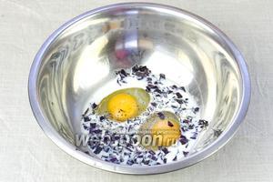 В миске смешать яйца, молоко, базилик. Приправить перцем и добавить соль по вкусу.