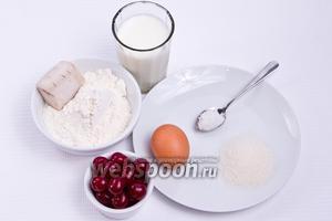 Основные ингредиенты: мука, кефир, дрожжи, яйца, сахар, соль, вишни.