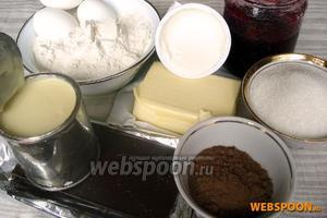 Для приготовления торта «Прага» нам потребуется: яйца, сахар, сметана, сгущёнка, какао, мука пшеничная, сода и лимонный сок, сливочное масло, варенье (на ваш вкус) и вода (кипяток).