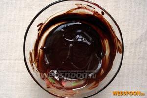 Приготовим шоколадную помадку. Растопите на водяной бане 150 грамм шоколада, добавьте к нему 60 грамм сливочного масла — размешивайте до растворения последнего. Влейте 4 ст. л. горячей воды, быстро размешайте. Дайте помадке немного остыть.