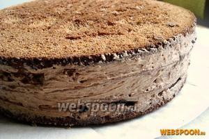 Аккуратно снимите кольцо с торта и разровняйте бока.