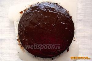 Затем бумагу нужно аккуратно вынуть из-под торта. Украсьте торт «Прага» по своему желанию, оставьте на кухне на 1 час, а потом поставьте в холодильник для пропитки на 3-4 часа или на ночь.