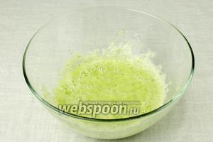 Все ингредиенты измельчить блендером до однородной массы. Перед подачей подержите 5 минут стакан в холодильнике и потом уже наливайте в него смузи. Добавьте немного колотого льда.