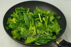 Разогреть сковороду, добавить растительное масло и выложить шпинат.