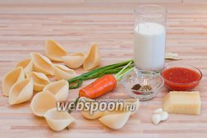 Для конкильони под сливочным соусом нам потребуется: 150 грамм ракушек, 200 грамм мясного фарша (можно взять любой или смесь), жидкие сливки, твёрдый сыр, зелёный лук, 0,5 моркови, 3 зубчика чеснока, томатный сок, соль, чёрный и сладкий молотый перец и другие специи.