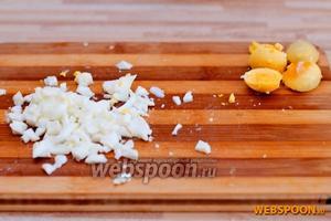 Яйца разрезаем и делим на белок и желток. Белок режем на кубики, а желток пока откладываем.