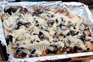Следующий слой — грибы и тёртый сыр. И завершающий штрих —смазываем «запеканку» сметаной и ставим в разогретую до 180 °С духовку на 15-20 минут.