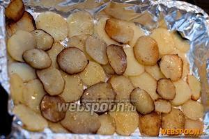 Картошку снимаем с огня и выкладываем плотным слоем в форму для запекания с фольгой.