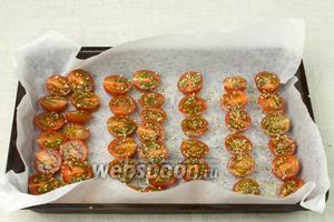 Присыпать помидоры солью, специями (тимьян, орегано) и сахаром. Взбрызнуть оливковым маслом.