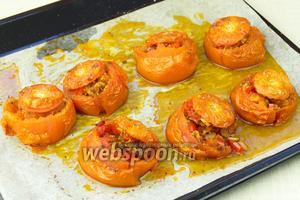 Запекайте фаршированные помидоры пока они не станут мягкими и ароматными.