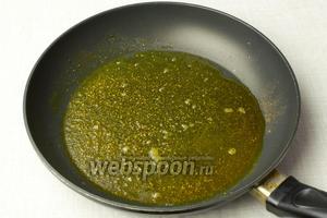Разогреть глубокую сковороду, добавить 4 столовые ложки растительного масла и смесь карри. Обжарить специи на слабом огне 30 секунд.