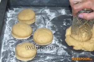 Раскатать тесто толщиной 2,5 см.  Вырезать выемкой несколько сконов (диаметр окружности 6,5 см). Обрезки теста снова раскатать и вырезать ещё несколько сконов.