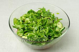 В глубокую миску выложить помидоры и огурцы, сверху присыпать рукколой и луком. На зелень выдавить сок лимона, щедро присыпать перемолотым чёрным перцем, заправить оливковым маслом и посолить. Перемешать.