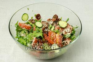 Добавить в салат  вяленые помидоры , присыпать кунжутом, перемешать и подавать к столу.