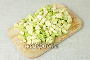 Авокадо очистить от кожуры и порубить на маленькие кубики.