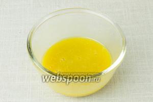 В пиале соединить сок лимона, мёд, горчицу и оливковое масло. Посолить по вкусу. Тщательно перемешать венчиком.