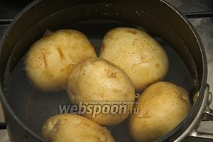 Варим картофель до гоовности.