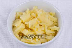 Отвареный картофель также нарезаем кубиками.