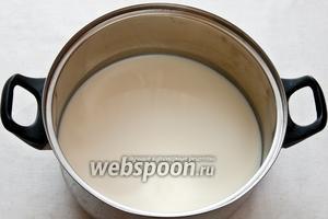 Перелить молоко в кастрюлю. Она должна быть с толстым дном, а также достаточно большой, чтобы молоко, поднявшись не убежало. Молоко поставить на средний огонь.