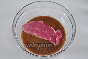 Обвалять куски мяса в маринаде.