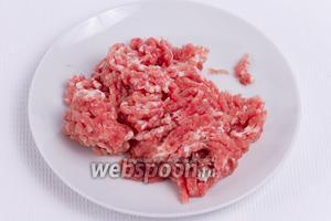 Мясо измельчить на мясорубке, чтобы получился фарш.