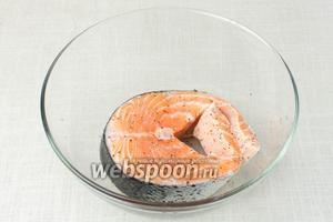 Рыбу промыть, положить в глубокую миску. Щедро поперчить с двух сторон.