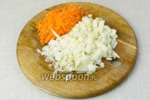 Морковь натереть на крупную тёрку. Лук мелко порубить.