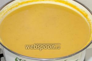 Из супа извлечь лавровый лист и измельчить ингредиенты при помощи блендера. Готовый суп подавать с крутонами.