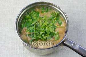 Добавить в суп кинзу и через 1 минуту снять с огня.