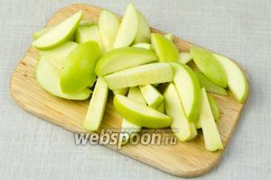 Яблоки нарезать на крупные дольки.