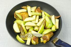 Крылья перевернуть на вторую сторону и присыпать сверху яблоками. Обжаривать 2-3 минуты.