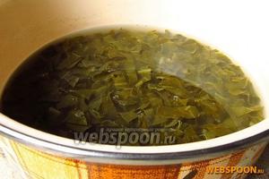 Опустить щавель в кипящую воду, проварить в течение 7 минут и затем охладить.