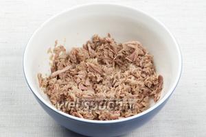 Тунец извлечь из масла и размять вилкой в однородную массу.