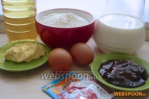 Для пончиков с начинкой вам понадобятся: мука, молоко, вода, яйца, сливочное масло, дрожжи, соль, сахар, ванилин ягодный джем и подсолнечное масло для жарки.