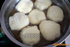 В сковороду с толстым дном и высокими стенками налейте подсолнечное масло на 2-3 см в высоту и достаточно разогрев его, обжарьте пончики около 2 минут с каждой стороны, пока не зарумянятся.