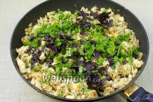 Добавить петрушку и базилик, овощной фарш перемешать и снять с огня.