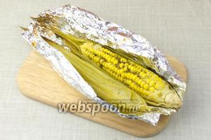 Запечённую кукурузу подавать немедленно.