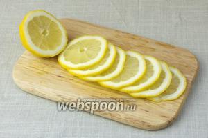 Лимон нарезать тонкими кружочками.