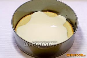 Влить 2/3 крема, вторую часть коржа смазать оставшимся кремом и  оставить пропитаться на 20 минут.