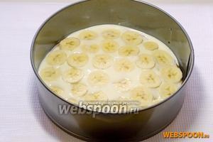 Нарезать кольцами бананы и киви. Разложить бананы на нижний слой коржа.