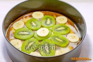 Накрыть бананы вторым слоем коржа.  Украсить торт киви и бананами.