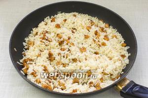 В готовый рис добавить жареные креветки, тщательно перемешать и подавать к столу.