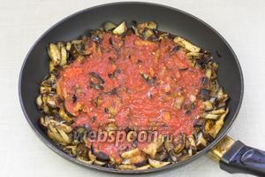 Затем томатный соус добавить к баклажанам и тушить 5 минут.