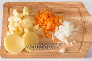 Пока варится свёкла, приготовить овощной бульон. Нарезать лук, морковь и картофель мелкими частями, одну картофелину пополам. Бросить овощи в кипяток и поставить на огонь.