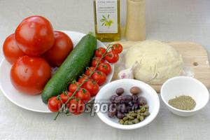 Для постной пиццы возьмите:  тесто для пиццы , помидоры черри, маслины, каперсы, небольшой цукини. Для соуса: 4 крупных помидора, чеснок, специи, оливковое масло, соль.