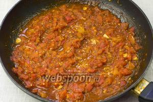Готовый томатный соус снять с огня и дать остыть.
