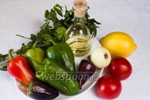 Чтобы приготовить данное блюдо, нужно взять перцы сладкие, помидоры, мяту, растительное масло, уксус яблочный (можно столовый), лимон, тимьян, чеснок сушёный, перец чили, соль.